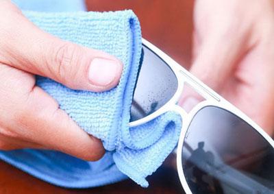 نکات کلیدی در پاک کردن شیشه عینک آفتابی