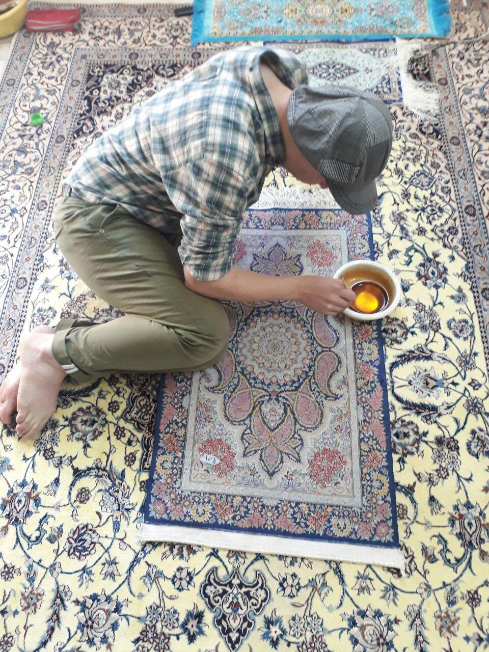 رنگ برداری فرش دستباف یکی از شغل های مرتبط با عملیات تکمیلی فرش